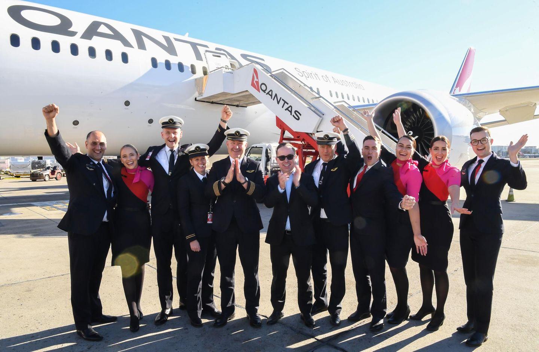 Landete nach 19 Stunden und 16 Minuten Flug von New York in Sydney: Die Crew vor der Boeing 787-9 von Qantas