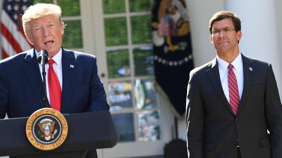 US-Präsident Donald Trump (l.) hat sich beim Namen seines Verteidigungsministers Mark Esper vertwittert