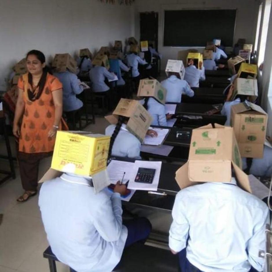 Bhagat Pre-University College: Maßnahme gegen Abschreiben: Indische Schüler schreiben Prüfung mit Karton auf dem Kopf
