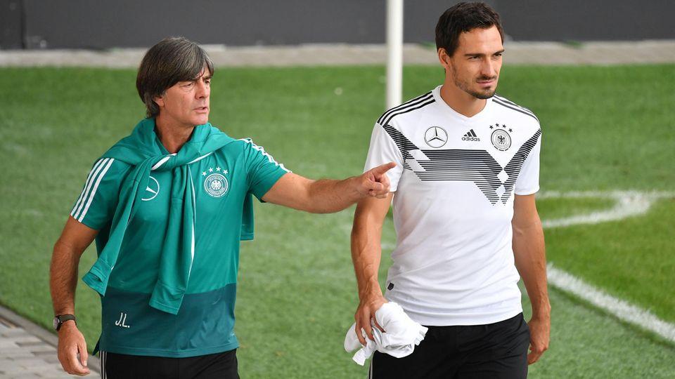 Bundestrainer Joachim Löw (l.) hatte Mats Hummels Anfang des Jahres ausgemustert
