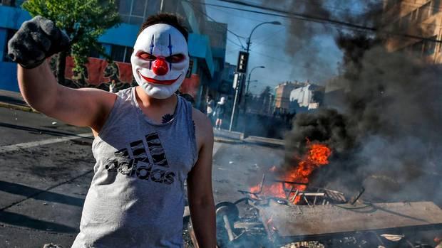 Ein maskierter Demonstrant im chilenischen Valparaiso