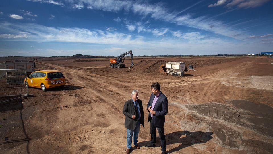 Aufbau Fernost: Auf dem Gemeindegrund der Bürgermeister Möller (links) und Spilling wird das Werk entstehen