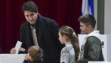 Justin Trudeau bei der Stimmenabgabe mit seinen Kindern