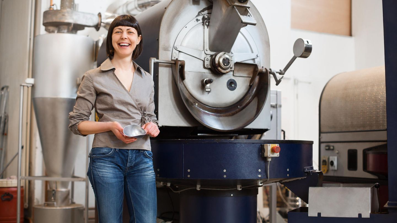 Frau vor einer Maschine