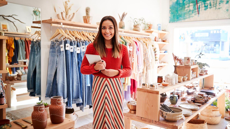 Frau in ihrem Laden