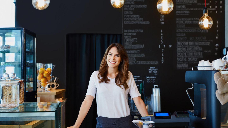 Frau in ihrem Café
