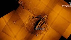 Rund um das Wrack sind immer noch die Verwerfungen des Aufpralls zu erkennen.