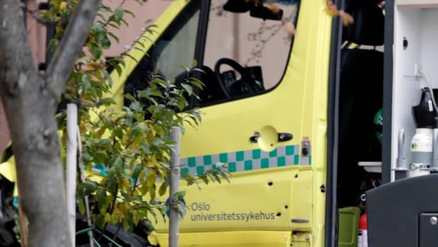 Einschusslöcher sind in der Tür des Krankenwagens zu sehen