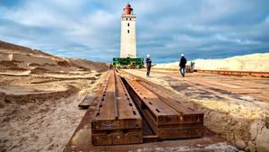 Der Rudbjerg Knude Leuchtturm wird auf Schienen verschoben
