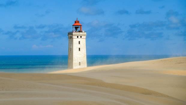 Der Leuchtturm und die Wanderdüne Rubjerg Knude an der Westküste von Dänemark nahe Lönstrup