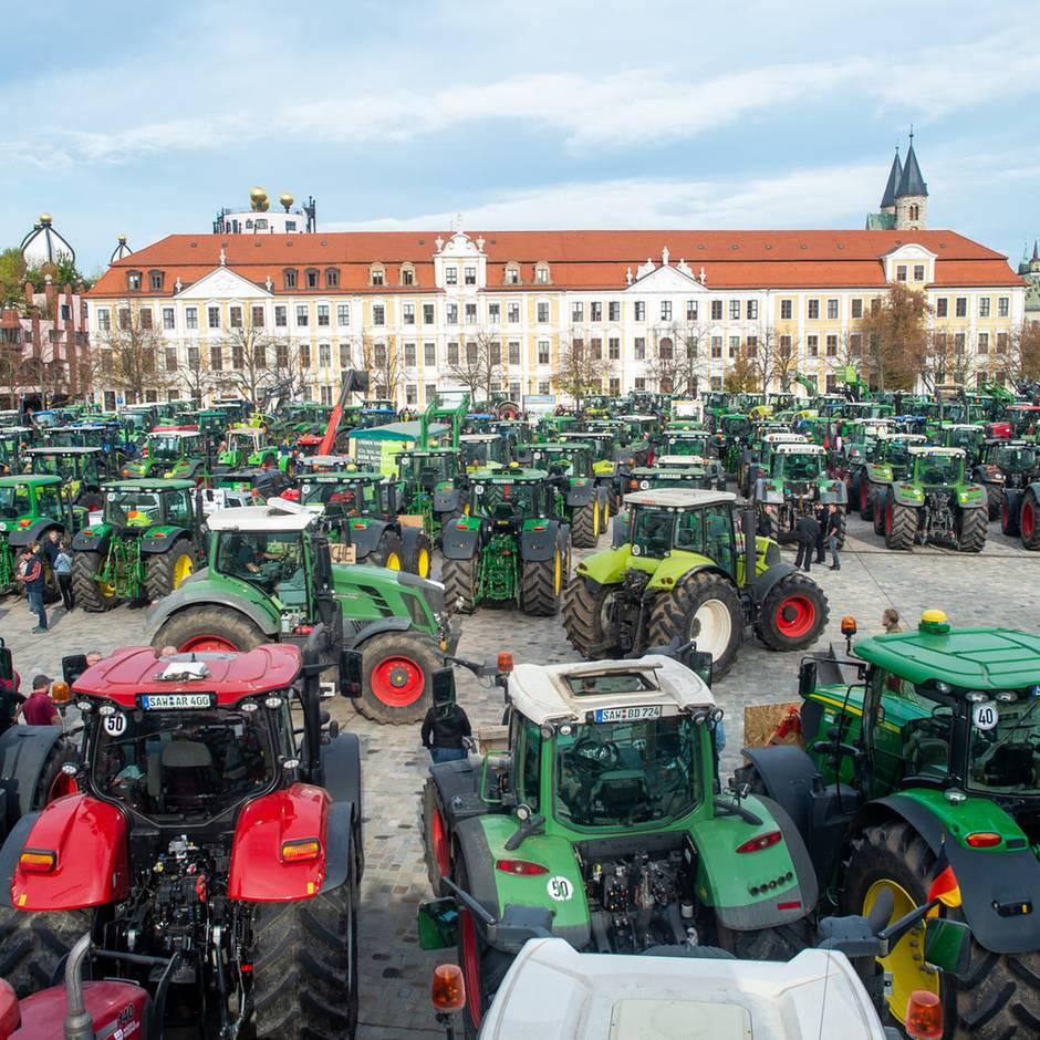 """Landwirte protestieren: """"Unsere Existenz ist bedroht"""": Tausende Bauern legen bundesweit den Verkehr lahm"""