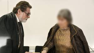 Hessen, Hanau: Die 72-jährige Angeklagte betritt mit ihrem Anwalt Matthias Seipel den Gerichtssaal