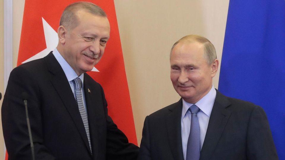 WladimirPutin und Recep Tayyip Erdogan geben sich die Hand