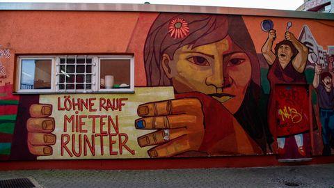 """""""Löhne rauf, Mieten runter"""" steht auf einem Wandbild in Kreuzberg"""