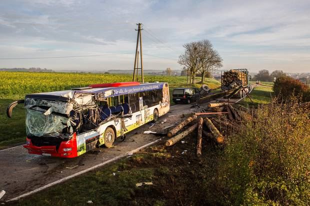 Nachrichten aus Deutschland - der völlig demolierte Linienbus auf der L2223 in Baden-Württemberg