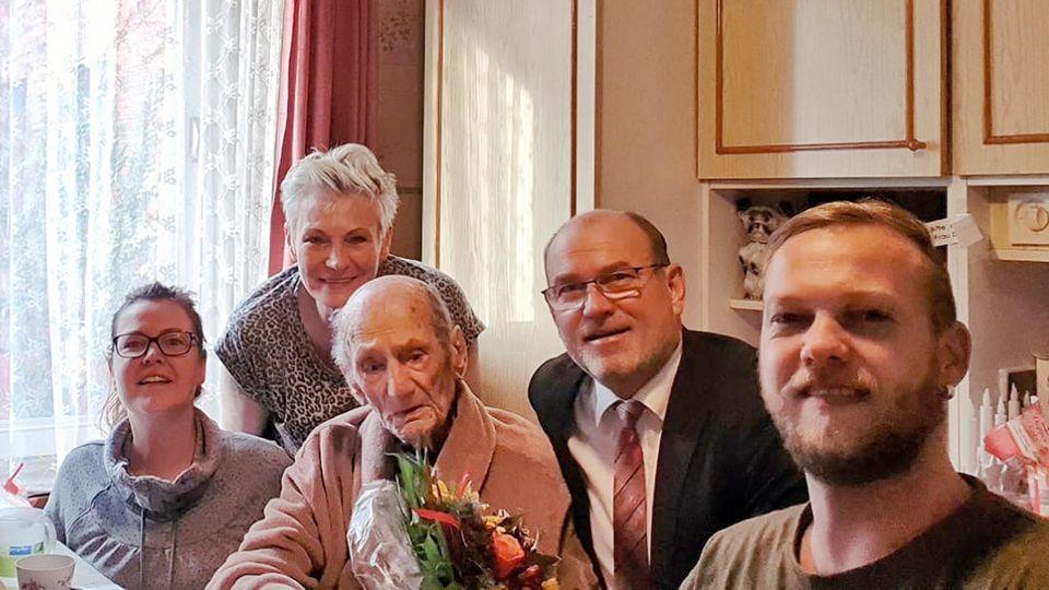 Gustav Gerneth, Mitte, mit seinen Angehörigen und dem Bürgermeister seiner Heimatstadt
