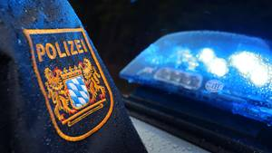 Nachrichten aus Deutschland – Bayerischer Polizeibeamter an einem Einsatzwagen