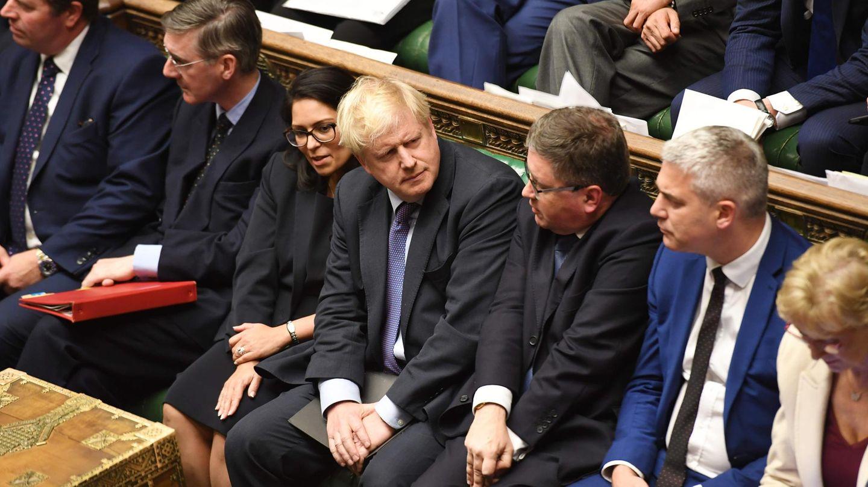Boris Johnson eingequetscht im britischen Parlament