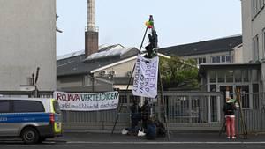 Nachrichten aus Deutschland – etwa Kurden haben sich an dem Werkstor angekettet