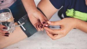 Bluthochdruck: Eine Frau nimmt einen Medikament gegen Bluthochdruck