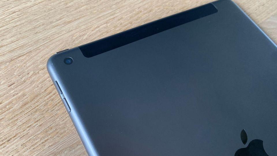 Die iPad-Knipse wirkt im Vergleich zu den Smartphone-Kameras winzig