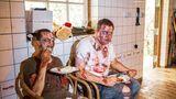 Die Erschrecker stärken sich mit Frikadellen und Kartoffelsalat