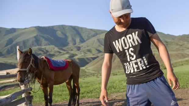 """Ein Mann mit einem """"Work Is Over!""""-T-Shirt"""