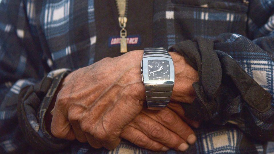 Eine teure Uhr am Handgelenk eines Hirten