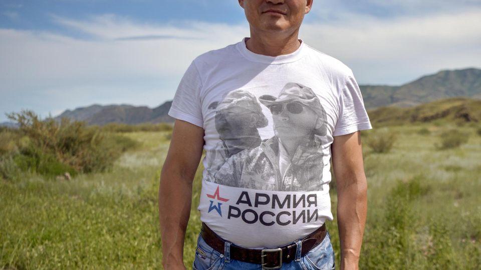 """Ein Mann trägt ein """"Armija Rossii""""-T-Shirt"""