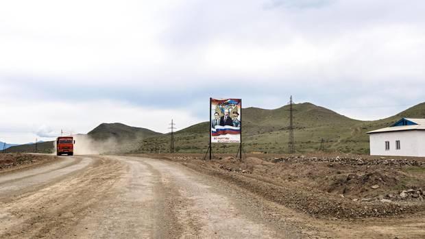 Vaterländischer Empfang: Am Eingang der Ortschaft Tschadan grüßen Putin und sein Freund und Verteidigungsminister und Tuwas Regierungschef