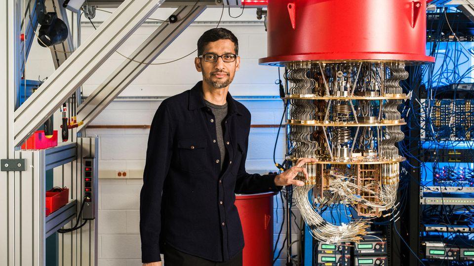 Sundar Pichai, Vorstandsvorsitzender von Google, steht im Labor in Santa Barbara neben einem der Quantencomputer von Google