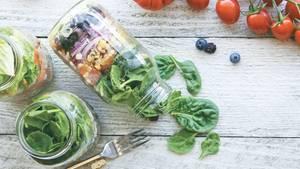 Einweckgläser anstelle von Plastik   Auch, wenn Tupperdosen aus Plastik wiederverwendet werden, gibt es viele Modelle, die gefährliche Weichmacher enthalten. Das ist nicht nur schlecht für die Gesundheit, sondern auch bei der Entsorgung. Nutzen Sie stattdessen doch einfach Einweckgläser. Die kauft man praktischerweise ja schon mit. Zum Beispiel ein großes Glas mit sauren Gurken lässt sich später ganz praktisch in ein Gefäß für Suppen oder Salate für die Mittagspause umwandeln.