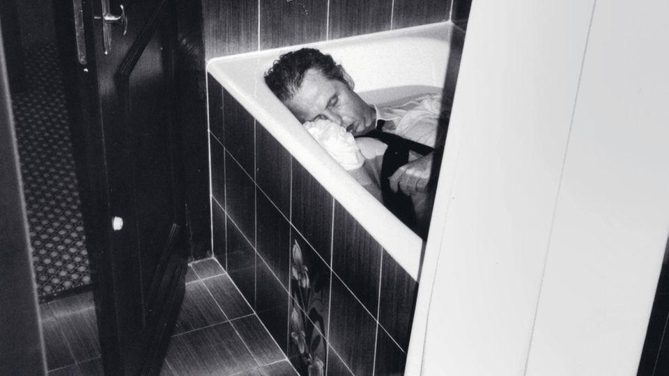 Der CDU-Politiker Uwe Barschel liegt tot in der Badewanne seines Hotelzimmers im Hotel Beau Rivage in Genf