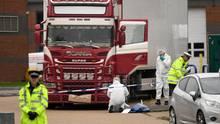 Ein Polizist in neongelber Jacke sichert den Lkw ab, während seine Kollegen in weißen Overalls Spuren sichern