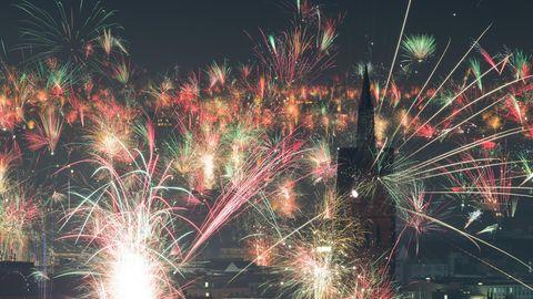 Feuerwerk explodiert kurz nach Mitternacht am Nachthimmel