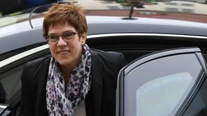 Annegret Kramp-Karrenbauer wirbt bei der Nato für eine international kontrollierte Schutzzone in Syrien