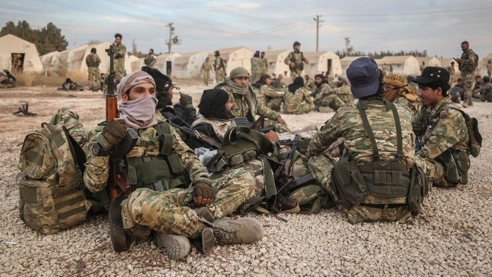 Soldaten sitzen in der türkischen Stadt Akcakale an der Grenze zur syrischen Stadt Tall Abyad in einem Aufenthaltsbereich
