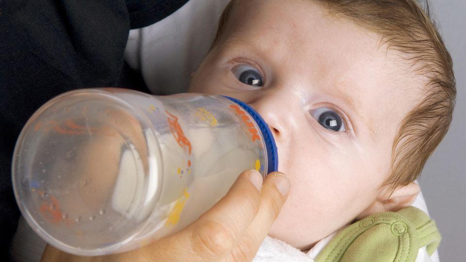 Ein Säugling trinkt aus einer Flasche