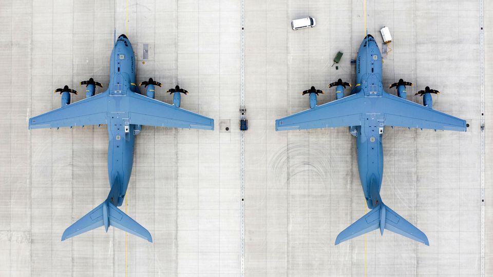 Zwei Airbus A400M von oben