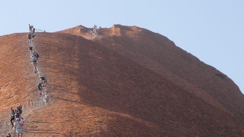 Lichterspiel vor Australiens Uluru: Wo die Wüste magisch funkelt