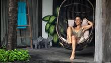 Frau sitzt in einem Hängesessel