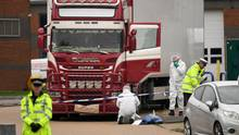 Spezialisten der britischen Spurensicherung untersuchen den Laster, in dem vergangene Woche die 39 Leichen entdeckt worden waren
