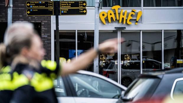 Polizeikräfte stehen vor einem Kino im niederländischen Groningen