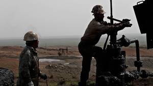 Syrische Arbeiter reparieren Rohre einer Ölquelle