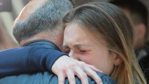 Maria Butina umarmt bei ihrer Ankunft in Moskau weinend ihren Vater