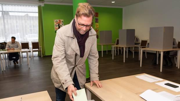 Der Spitzenkandidat von Bündnis 90/Die Grünen, Dirk Adams, bei seiner Stimmabgabe am Sonntagmorgen