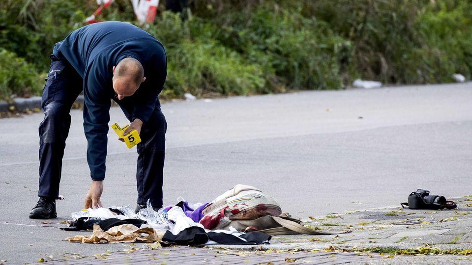 Ein Beamter sichert Spuren am Tatort in Groningen