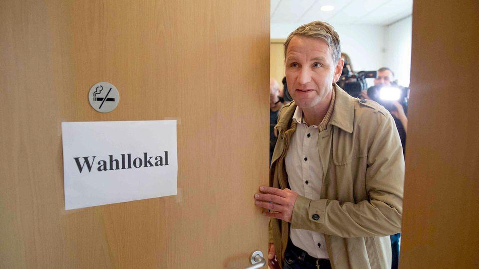 Björn Höcke, Spitzenkandidat der AfD, verlässt nach seiner Stimme für die Landtagswahl das Wahllokal