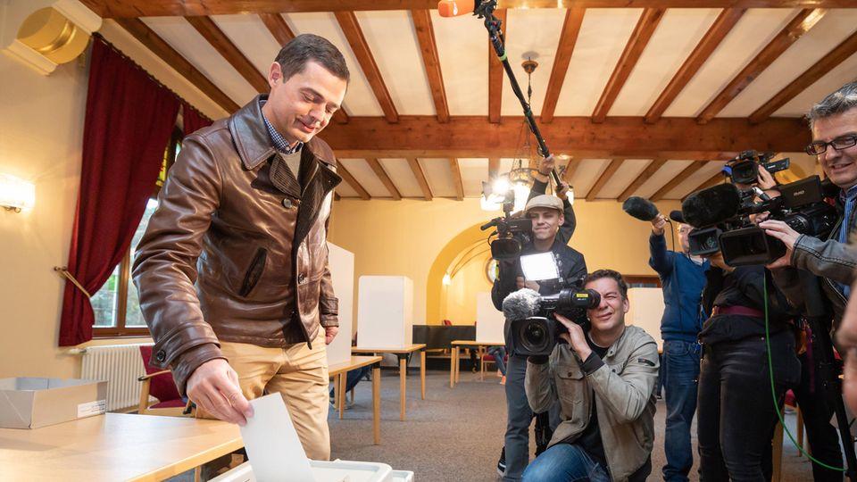 Unter den Augen von Pressevertretern gibt Mike Mohring,Spitzenkandidat der CDU, seine Stimme für die Landtagswahl ab.
