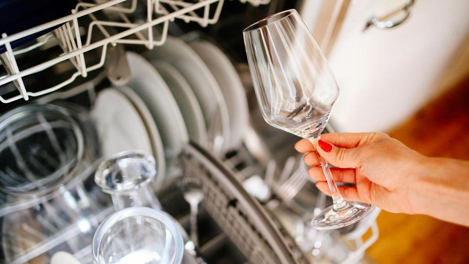 Geschirrspülmittel im Test: Eine offene Spülmaschine mit sauberem Geschirr